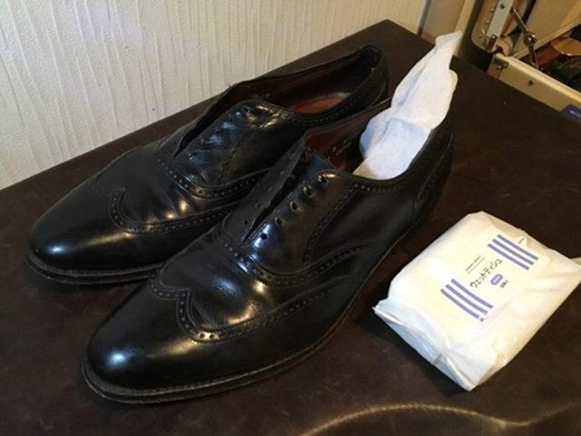 靴の中をウェットテッシュで綺麗に拭く